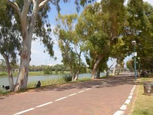 Fluss Yarkon mit Promenade und Park, Tel Aviv