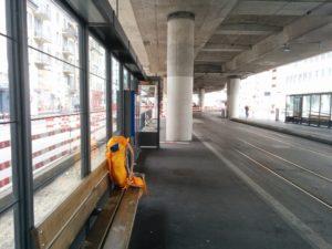 Ein leuchtend orangefarbener Rucksack geht wieder auf Reisen, Tram 4, Haltestelle Schiffbau