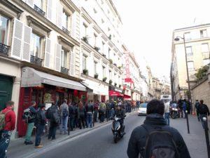 Gophers queuing ... (Petit Théâtre de Paris, 15 Rue Blanche).