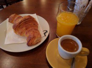 Französisches Frühstück (ohne Gauloises und mit Orangensaft).