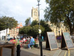 St John's Church vom Love Walk Cafe aus gesehen, Fulham, London