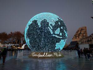 Montpellier, Place de la Comédie, im Hintergrund: Weihnachtsmarkt (Esplanade Charles-de-Gaulle).