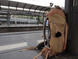 Mein Rucksack und ich noch am Mainzer Hauptbahnhof.