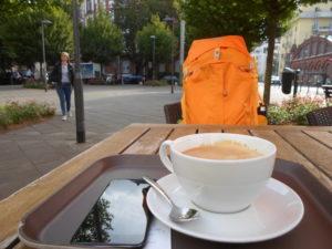 Der leuchtend orangene Rucksack bei seiner Kaffeepause in Frankfurt Süd.