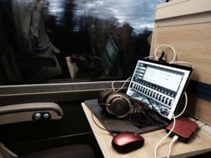 Ein ungesperrtes Laptop und ein Smartphone