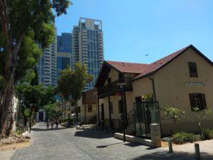 Sarona, mit Wolkenkratzern im Hintergrund, die hier gut Wachsen