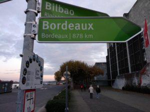 Nett, dass die Stadt Mainz extra ein Schild angebracht hat, das mir sagt, wie weit es nach Bordeaux ist.
