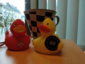 Eine kleine gelbe EU-Ente im Büro.