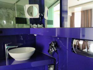 Das Bad meines Zimmers. Für meine Augen ist es ein wirklich schönes Lila. Also Bitte lila denken!