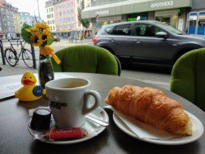 Kaffee und Croissant am Albisriederplatz.