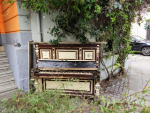 Jetzt muss ich wieder den ganzen Abend an den Sketch von und mit Loriot denken. Ein Klavier, ein Klavier.