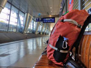 Ein roter Rucksack geht auf Reisen.