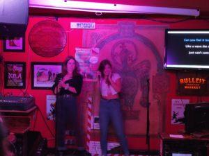 Karaoke im Irish Pub.